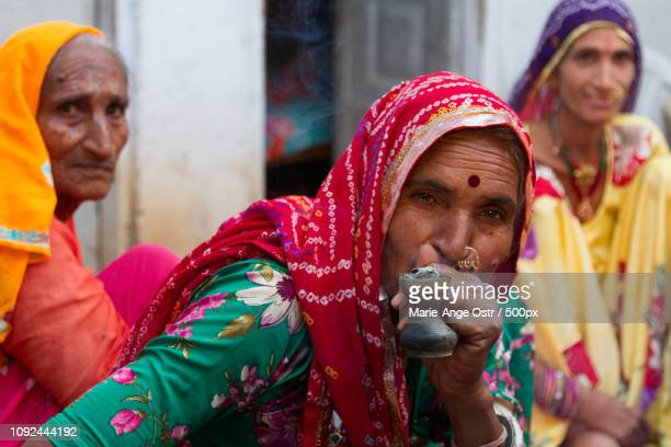 india, women smoking in anopura (rajasthan) - marie ange ostr�� photos et images de collection