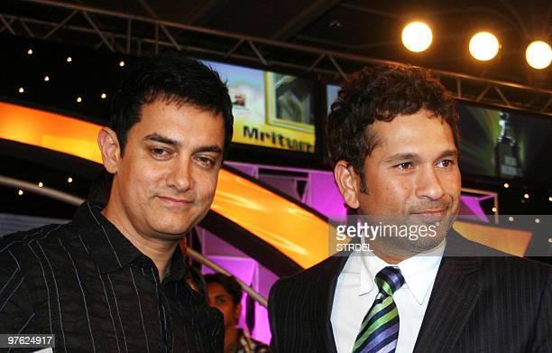 Indian actor Amir Khan and cricketer Sachin Tendulkar pose at an awards ceremony in Mumbai late March 10 2010 AFP PHOTO/STR