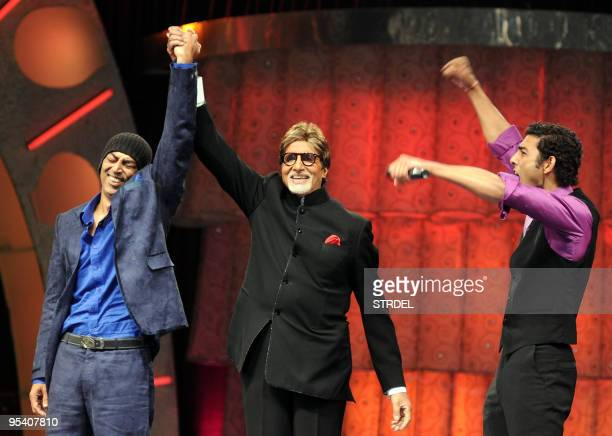 Indian actor and television host Amitabh Bachchan poses with winners Vindu Dara Singh and Pravesh Rana at a ceremony to mark the end of the current...