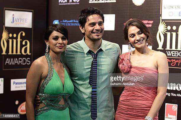 Indian actor Jaideep Ahlawat poses with Bollywood actresses Pooja Kumar and Andrea Jeremiah on the green carpet during the IIFA Rocks Green Carpet on...