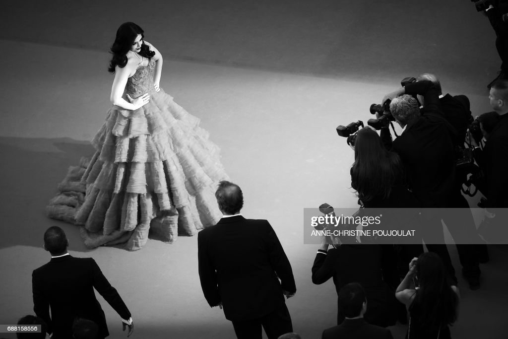 Indian actress Aishwarya Rai Bachchan poses as she arrives on May 20, 2017 for the screening of the film '120 Beats Per Minute (120 Battements Par Minute)' at the 70th edition of the Cannes Film Festival in Cannes, southern France. / AFP PHOTO / Anne-Christine POUJOULAT