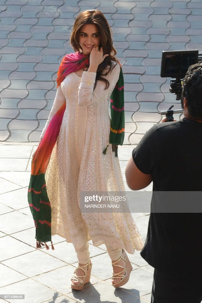 Indian actress Kriti Kharbanda acts on the set of the forthcoming Bollywood film `Yamla Pagla Deewana 3` in Amritsar on November 22 2017 / AFP PHOTO..