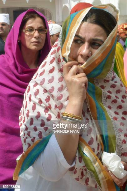 Indian actresses Amrita Singh and Dimple Kapadia visit the Golden Temple in Amritsar on March 20 2017 / AFP PHOTO / NARINDER NANU