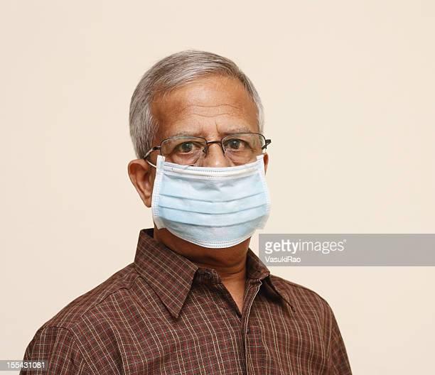 Indian idade vestindo Máscara de protecção