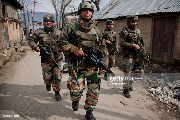 Indian army soldiers storm the area where the suspected rebels are holed up during a gun battle on February 4, 2016 in Khos Mohalla, 15 km north of...
