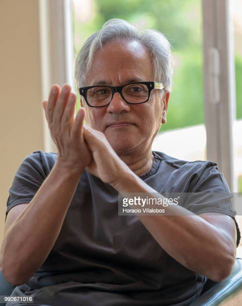 Indian artist Anish Kapoor applauds during the presentation to the press of his exhibition 'Anish Kapoor Works Thoughts Experiments' in Serralves...