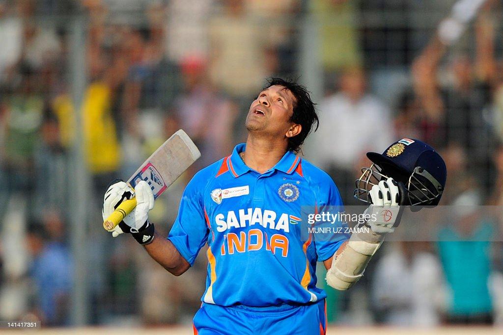 Indian batsman Sachin Tendulkar reacts a : News Photo