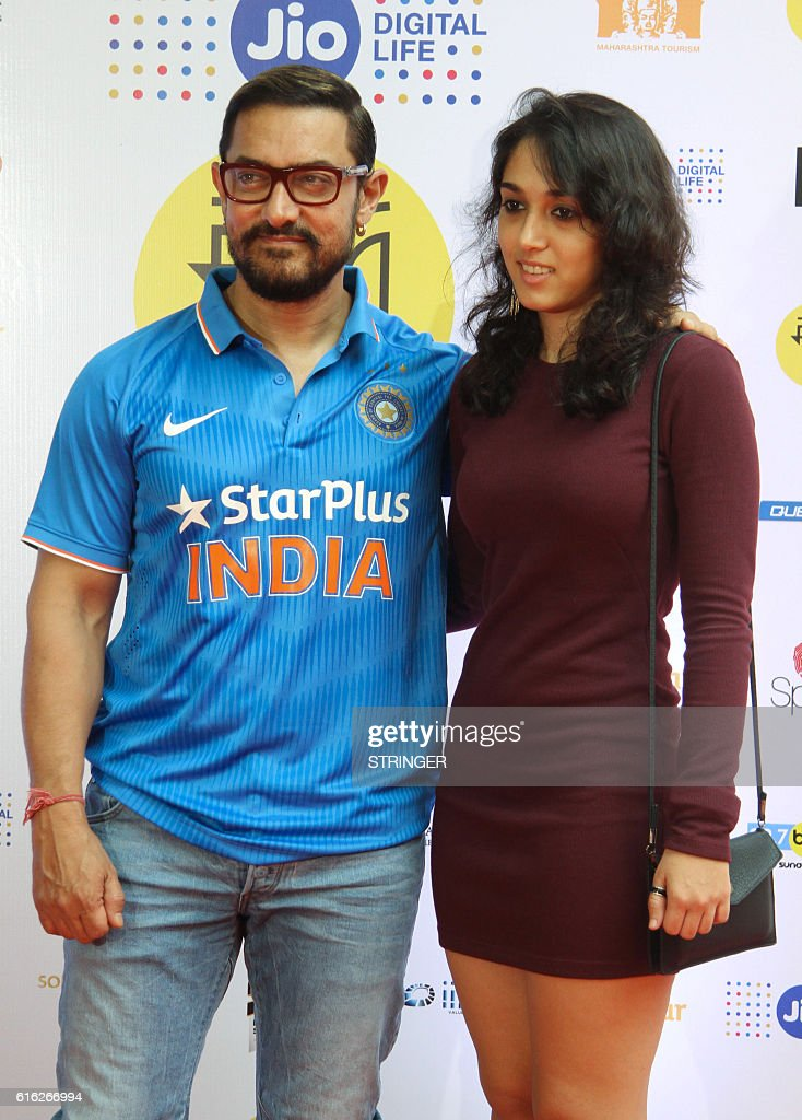 Indian Bollywood actor Aamir Khan (L) and his daughter attend the Jio MAMI 18th Mumbai Film Festival Movie Mela for Hindi film Jo Jeeta Wohi Sikandar directed by Mansoor Khan, in Mumbai on October 22, 2016. / AFP / STRINGER