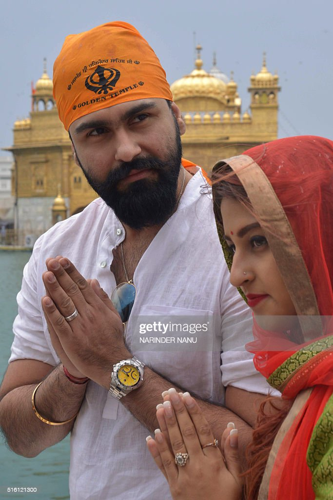 Indian Bollywood actor Aarya Babbar along with his wife Jasmine Puri visit the Golden Temple in Amritsar on March 17 2016 / AFP / NARINDER NANU