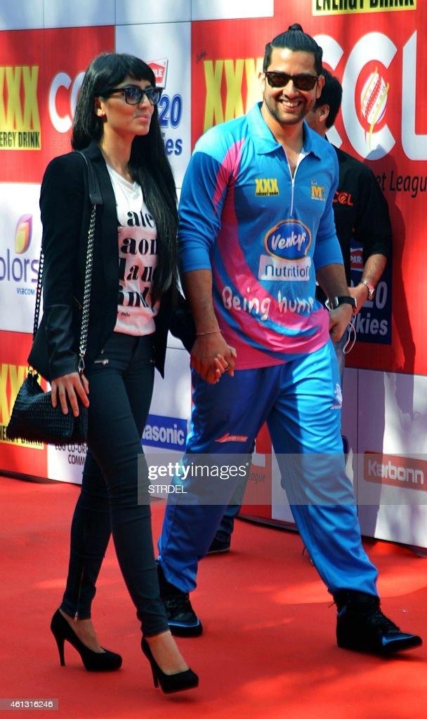 Indian Bollywood actor Aftab Shivdasani (R) and his girlfriend Nin Dusanj arrive during the Celebrity Cricket League (CCL) season five in Mumbai on January 10, 2015.