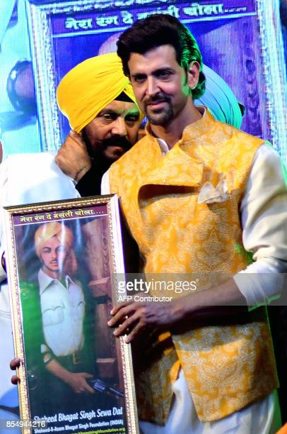 Indian Bollywood actor Hrithik Roshan poses for a photograph during a promotional event in Mumbai on late September 2017 / AFP PHOTO / STR