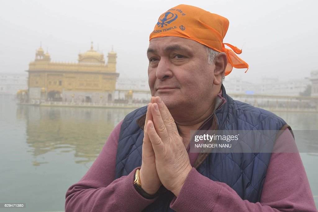 Indian Bollywood actor Rishi Kapoor pays respect at the Sikh Golden Temple in Amritsar on December 13, 2016. Kapoor visited the city to attend the inauguration ceremony of the historic Gobindgarh fort on December 12. / AFP / NARINDER