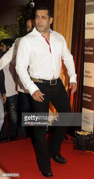 Indian Bollywood actor Salman Khan arrives for an Iftar event in Mumbai on June 24 2017 / AFP PHOTO / Sujit Jaiswal