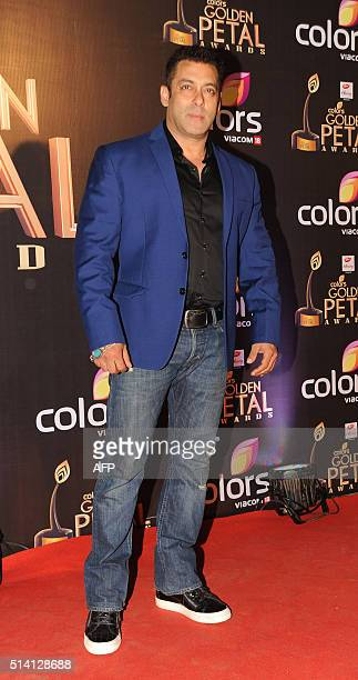 Indian Bollywood actor Salman Khan poses for a photograph during the 'Golden Petal Awards' in Mumbai on March 6 2016 / AFP / AND STRINGER