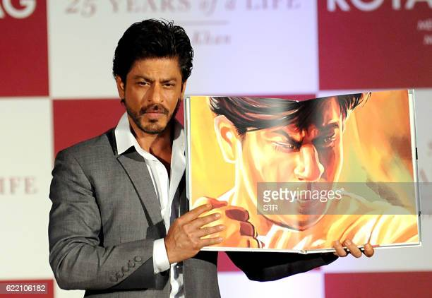 Indian Bollywood actor Shah Rukh Khan poses during the launch of 'SRK 25 Years Of A Life' by Samar Khan in Mumbai late November 9 2016 / AFP / STR