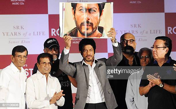 Indian Bollywood actor Shah Rukh Khan poses with directors Abbas Mastan Anubhav Sinha Kundan Shah and Pravin Nischal during the launch of 'SRK 25...