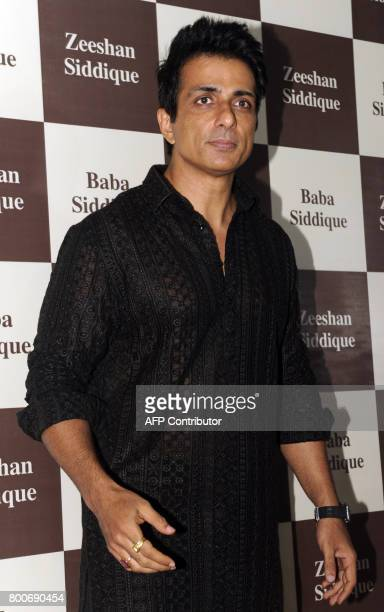 Indian Bollywood actor Sonu Sood poses for a photograph during an Iftar event in Mumbai on June 24 2017 / AFP PHOTO / Sujit Jaiswal