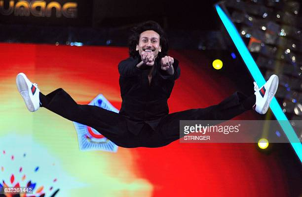 Indian Bollywood actor Tiger Shroff performs at the 'Umang Mumbai Police Show 2017 in Mumbai on January 21 2017 / AFP / STRINGER