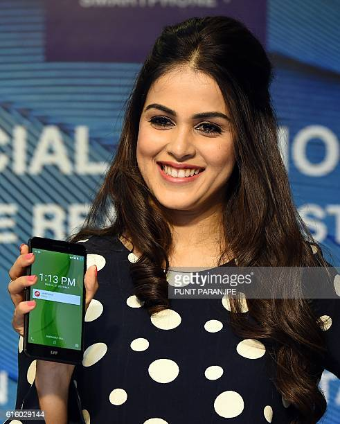 Indian Bollywood actress Genelia D'Souza poses during the launch of the new LYF F1 mobile handset in Mumbai on October 21 2016 / AFP / PUNIT PARANJPE