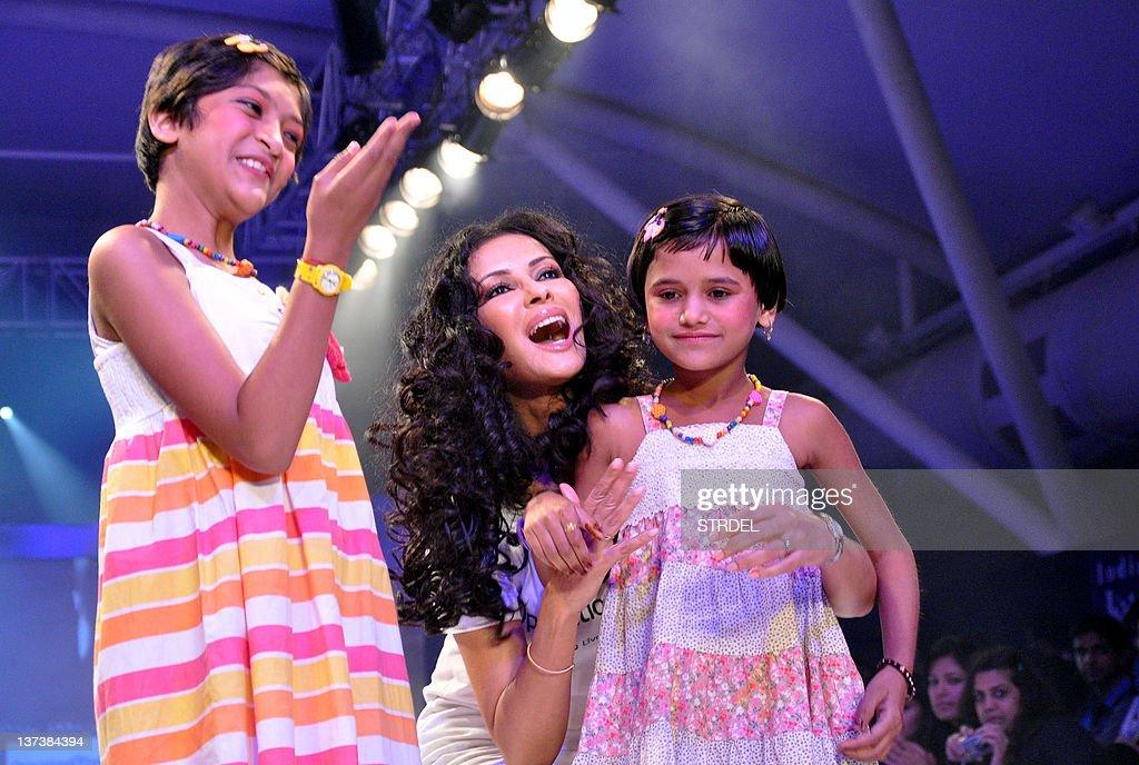 Indian Bollywood actress Nandana Sen (C) : News Photo