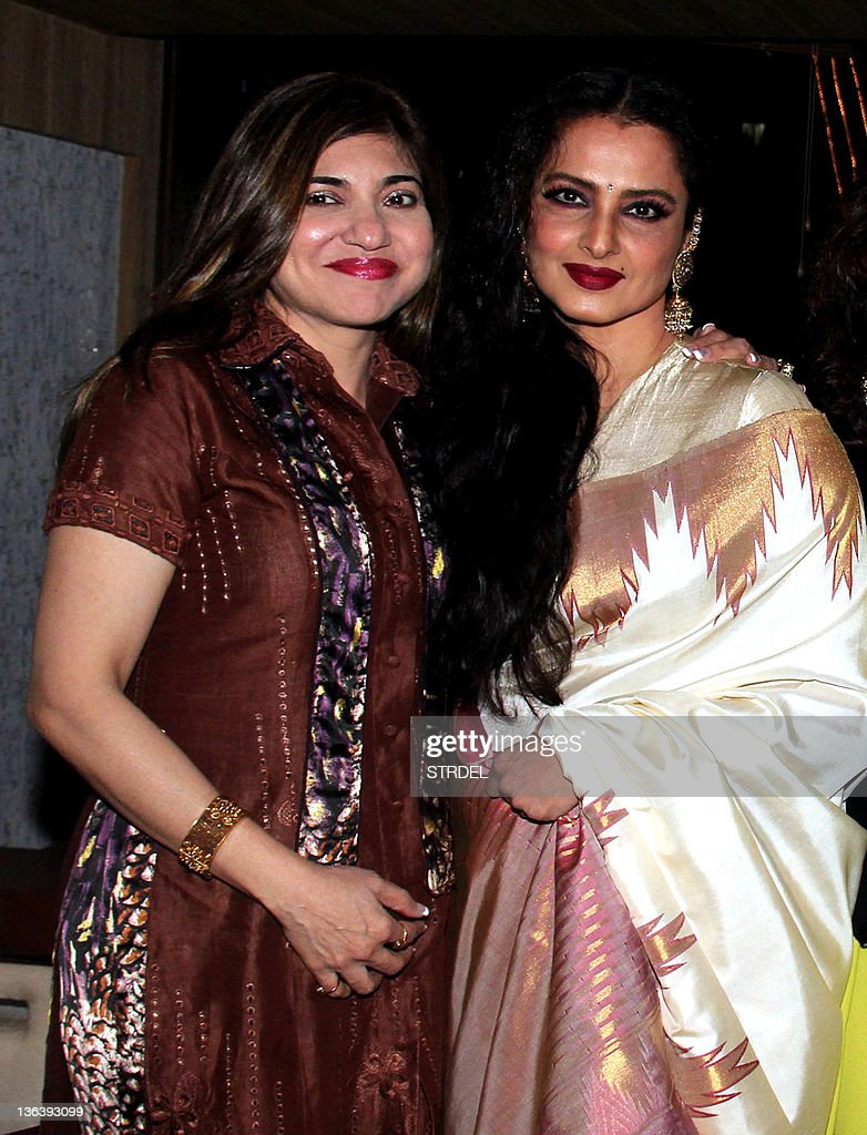 Indian Bollywood actress Rekha (R) poses : News Photo