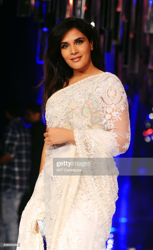 Indian Bollywood actress Richa Chadda poses for a photograph during the grand finale of Lakme Fashion Week (LFW) Winter/Festive 2017 in Mumbai on August 20, 2017. Lakme Fashion Week is taking place in Mumbai from August 16-20. / AFP PHOTO / Sujit Jaiswal