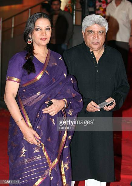 Indian Bollywood actress Shabana Aazami poses with Javed Akhtar at the premier of Dev Anand's rerelease of classical hindi film 'Hum Dono' premier in...