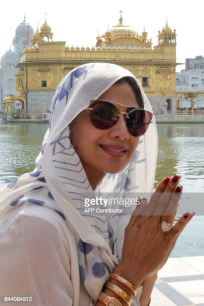 Indian Bollywood actress Shilpa Shetty pays her respect during a visit to the Golden Temple in Amritsar on September 8 2017 / AFP PHOTO / NARINDER...