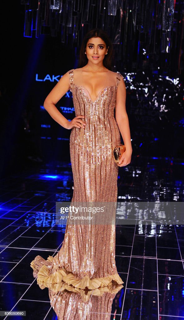 Indian Bollywood actress Shriya Saran poses for a photograph during the grand finale of Lakme Fashion Week (LFW) Winter/Festive 2017 in Mumbai on August 20, 2017. Lakme Fashion Week is taking place in Mumbai from August 16-20. / AFP PHOTO / Sujit Jaiswal
