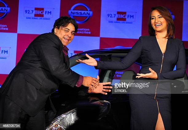 Indian Bollywood actress Sonakshi Sinha poses with comedian Cyrus Broacha during a promotional event in Mumbai on March 31 2015 AFP PHOTO/STR