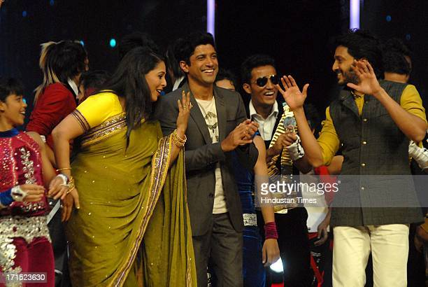 Indian Bollywood choreographer Geeta Kapoor with actors Farhan Akhtar and Riteish Deshmukh on the sets of India's Dancing Superstar to promote...