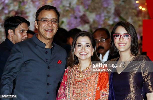 Indian Bollywood film director screenwriter and producer Vidhu Vinod Chopra poses for a picture with wife Anupama Chopra and daughter Zuni as they...