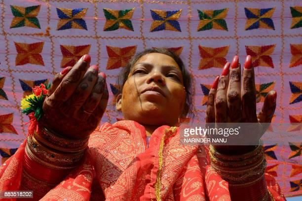 Indian bride Sharda celebrates a Vatna ceremony during her wedding in Amritsar on November 24 2017 / AFP PHOTO / NARINDER NANU