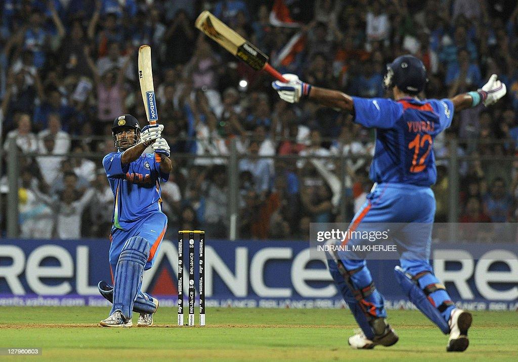 Indian captain Mahendra Singh Dhoni (L) : News Photo