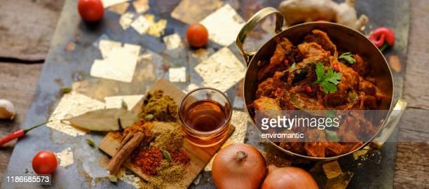 新鮮な野菜、スパイス、赤ワインビネガー、料理の材料、シーンに伴って、グランジメタル、木材と金箔の背景に、提供される準備ができている真鍮の中華鍋でインドのチキンヴィンダルー� - 盛り皿 ストックフォトと画像