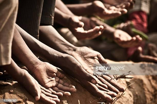indian enfants mendier - famine photos et images de collection