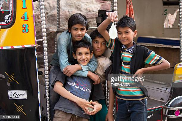 Indian niños en tuk-tuk taxi