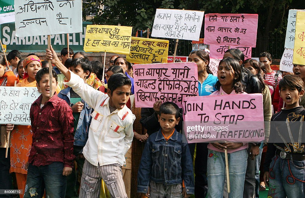 Indian children shout slogans during a p : News Photo