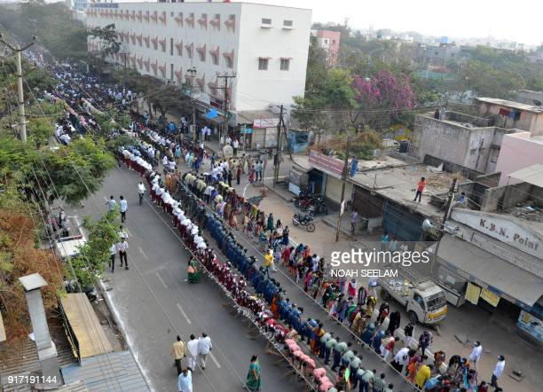 Indian college students take part in a 'Swachh Bharat Abhiyan' cleaning campaign in Hyderabad on February 12 2018 / AFP PHOTO / NOAH SEELAM