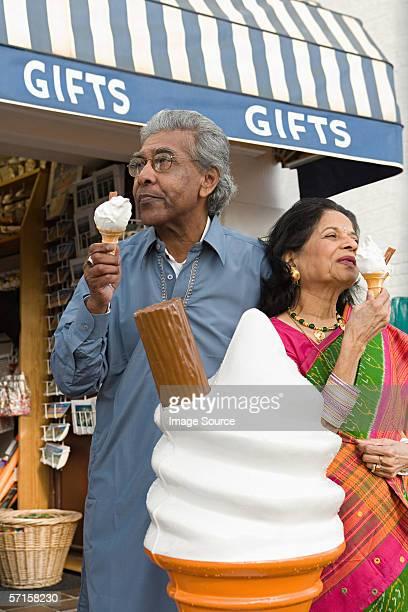 Indische Paar mit Eis