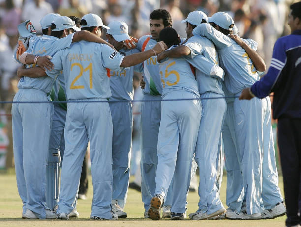 Indian cricket players get into a huddle after beating Australia during the fourth OneDay International match in Chandigarh 08 October 2007 India...