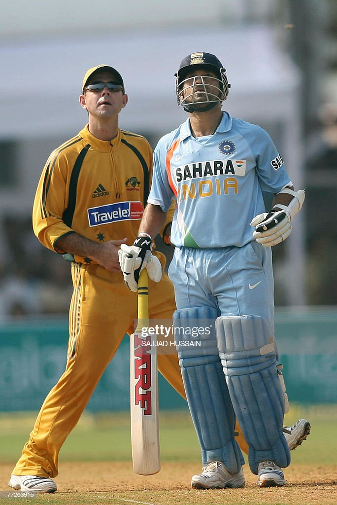 Indian cricketer Sachin Tendulkar (R) an : News Photo