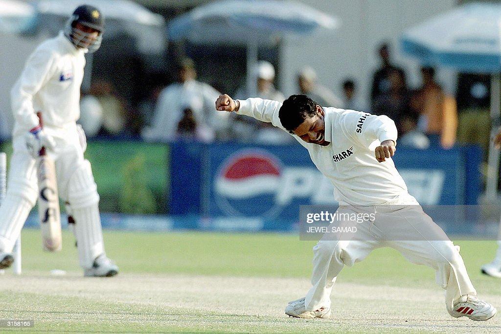 Indian cricketer Sachin Tendulkar (R) ce : News Photo