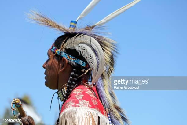indian dancer at plains indian museum pow-wow - rainer grosskopf photos et images de collection