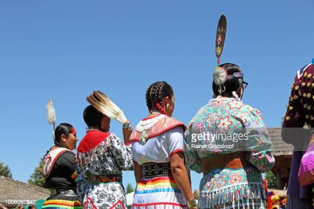 indian dancers at plains indian museum pow-wow - rainer grosskopf photos et images de collection