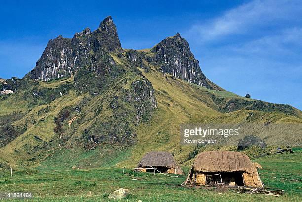indian farms on edge of sangay national park, andes mountains, ecuador - cultura indígena fotografías e imágenes de stock
