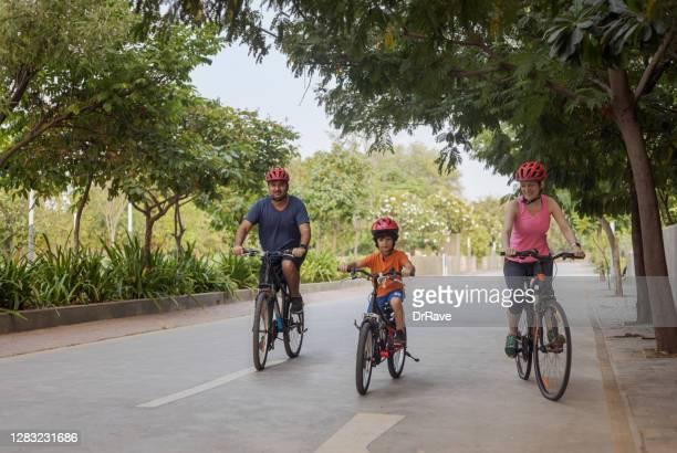 インド人の父親、イラン人の母親が息子と一緒にサイクリング - イラン人 ストックフォトと画像
