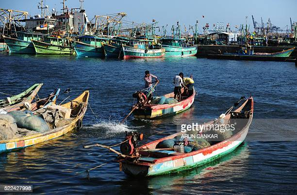 Indian fisherman perpare to leave for the evening catch at a harbour in Chennai on April 19 2016 / AFP / ARUN SANKAR