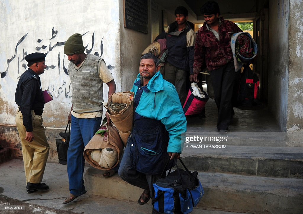 Indian fishermen arrive at a police station in Karachi on January 21, 2013. Pakistan has arrested 27 Indian fishermen for illegally straying into its territorial waters, officials said. AFP PHOTO/ Rizwan TABASSUM