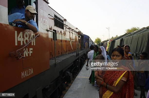 Indian floodaffected viilagers go about their daily lives at a temporary flood relief camp set up at Bathna Railway station in the Araria district of...